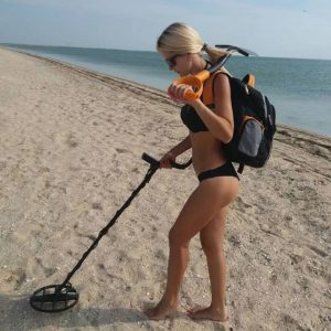 Sondlerin am Strand